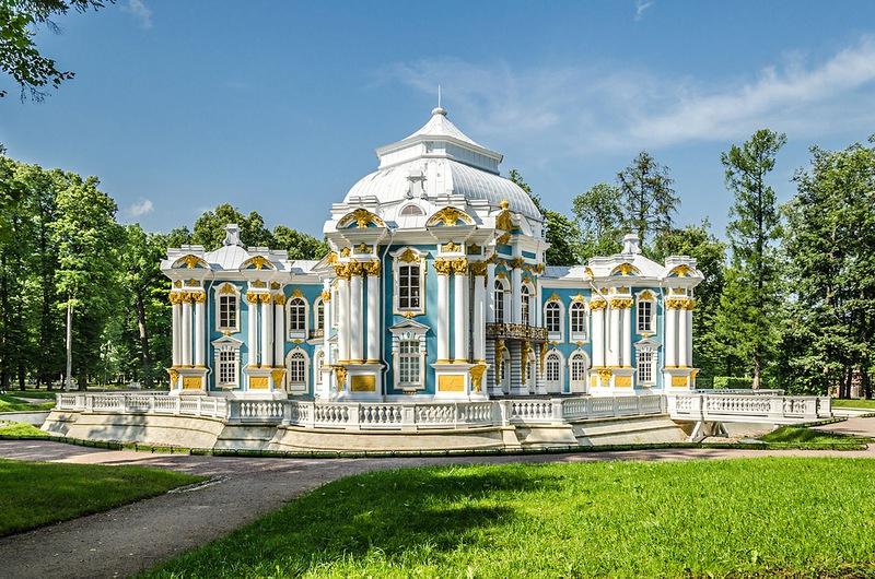 Быть в санкт-петербурге, и не побывать в царском селе - это значит не увидеть знаменитый екатерининский парк и дворец
